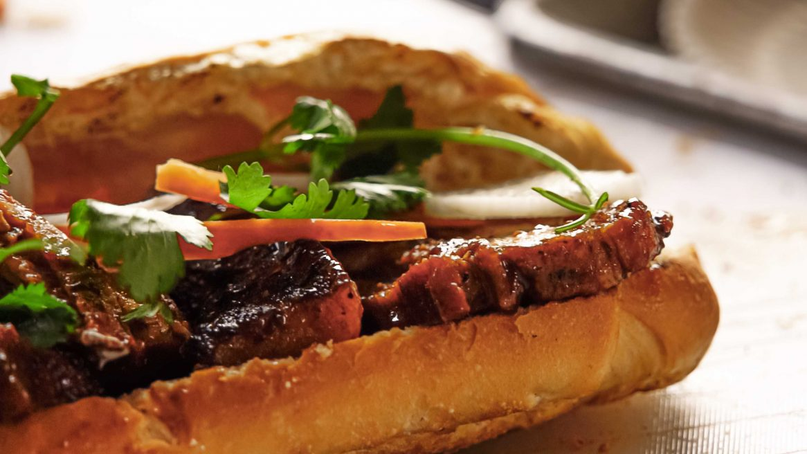Bánh Mì de Belly con glaze Tabasco Sweet & Spicy Pepper Sauce